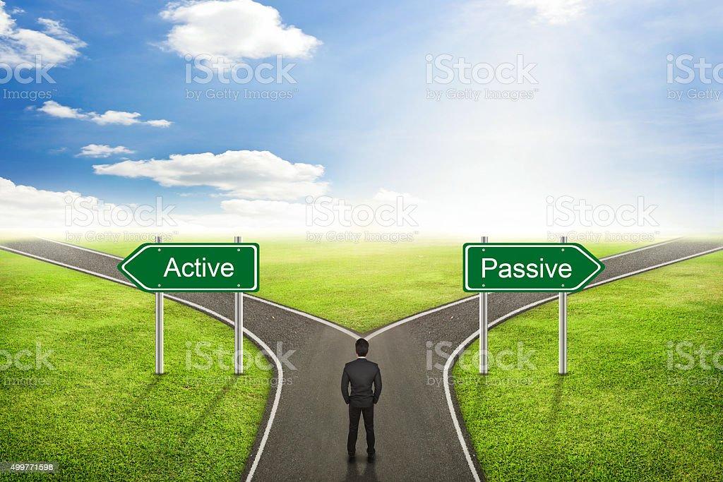 Empresario concepto activo o pasivo road hasta la dirección adecuada. - foto de stock