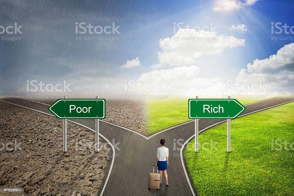 Geschäftsmann Konzept, arm oder reich road auf dem richtigen Weg. – Foto