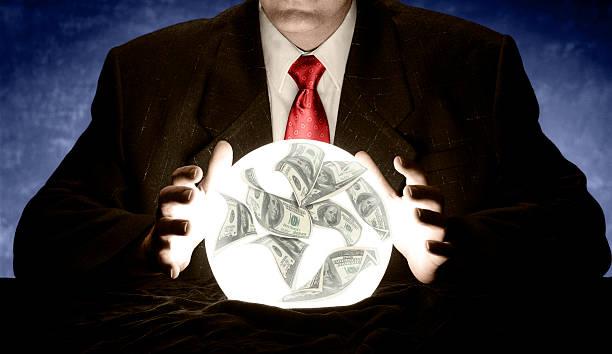 homme d'affaires de consulter une éclatante financier de bal crystal - boule de cristal photos et images de collection