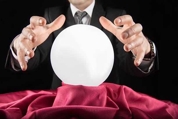 homme d'affaires de conseillers financiers de bal crystal - boule de cristal photos et images de collection