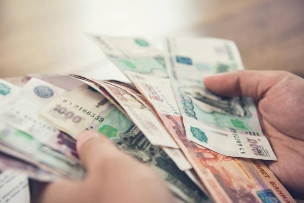 돈, 그의 책상에 러시아 루블 통화를 계산 하는 사업 - 러시아 루블 뉴스 사진 이미지