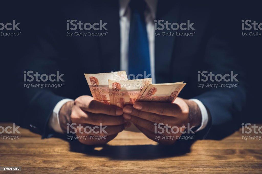 Geschäftsmann Geldzählen, russischer Rubel Währung am Tisch im dunklen Privatzimmer – Foto
