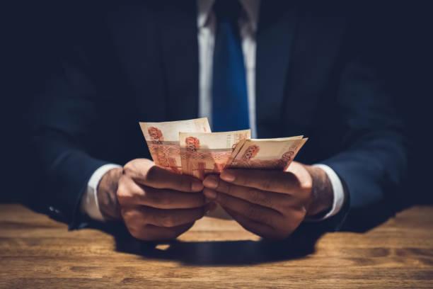 돈, 개인 암실에서 테이블에 러시아 루블 통화를 계산 하는 사업 - 러시아 루블 뉴스 사진 이미지