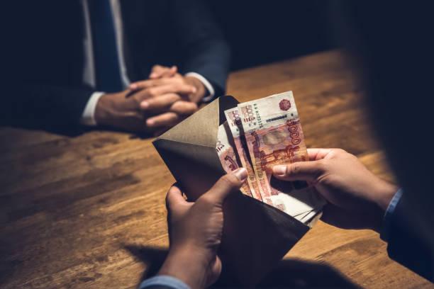 갈색 돈 봉투에 러시아 루블을 계산 하는 사업 - 러시아 루블 뉴스 사진 이미지