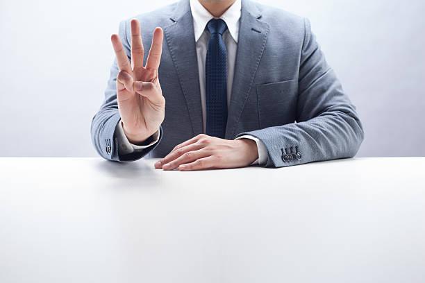 Geschäftsmann zählen drei – Foto