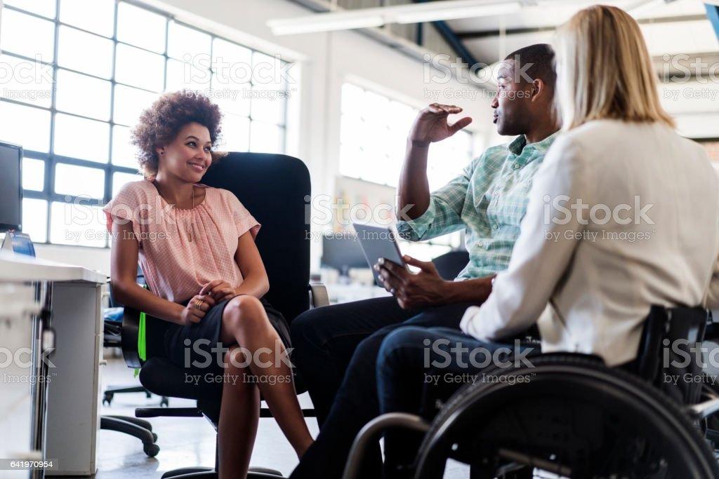 Empresário a discutir com seus colegas de trabalho em Escritório - foto de acervo