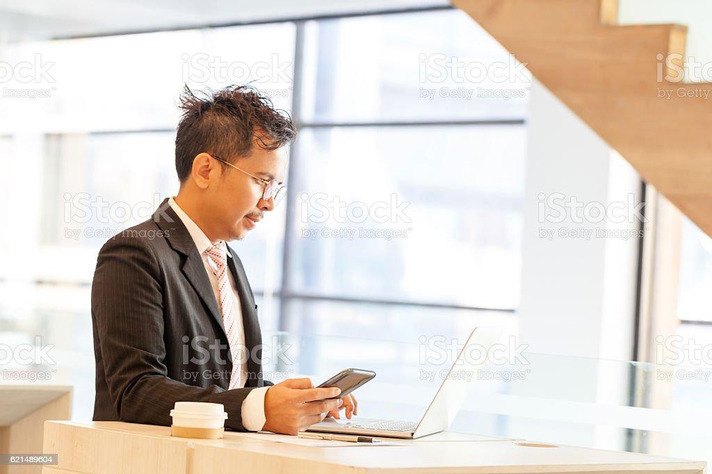 Bancaire homme d'affaires faire en ligne. photo libre de droits