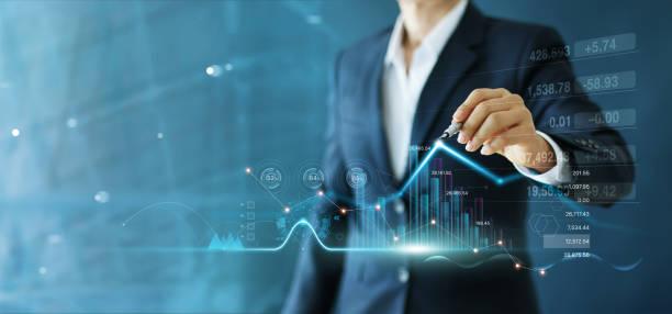el empresario dibuja el gráfico de crecimiento y el progreso de los negocios y analiza los datos financieros y de inversión, la planificación de negocios y la estrategia sobre un fondo azul. - inversión fotografías e imágenes de stock