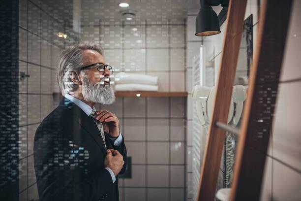 Geschäftsmann kleidet sich – Foto