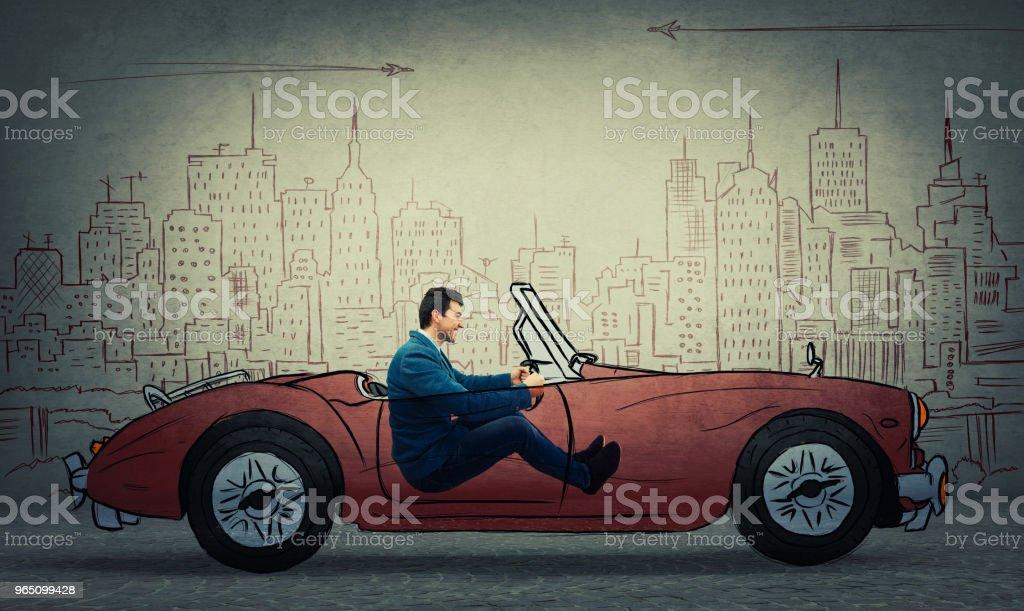 Geschäftsmann einen gezeichnete Rennwagen fahren – Foto