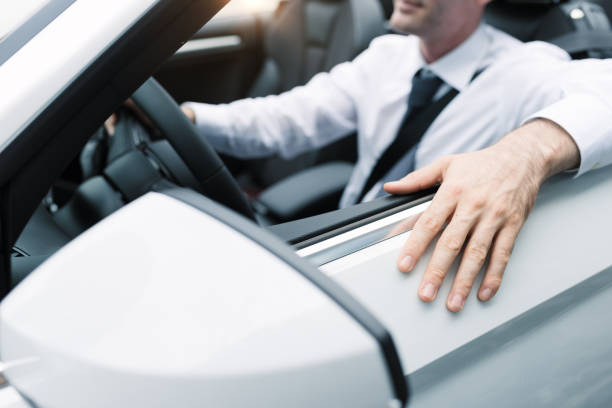 geschäftsmann seine auto fahren - 1m coupe stock-fotos und bilder