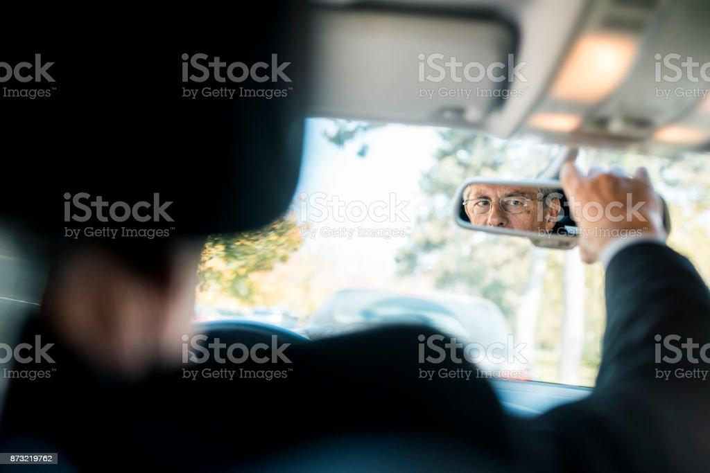 Empresário, dirigindo seu carro - foto de acervo