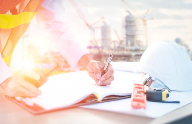 Geschäftsmann Ingenieur Kontrolle Bau der Ölraffinerie – Foto