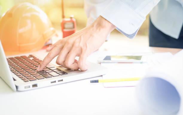 Geschäftsmann Ingenieur in laptop – Foto