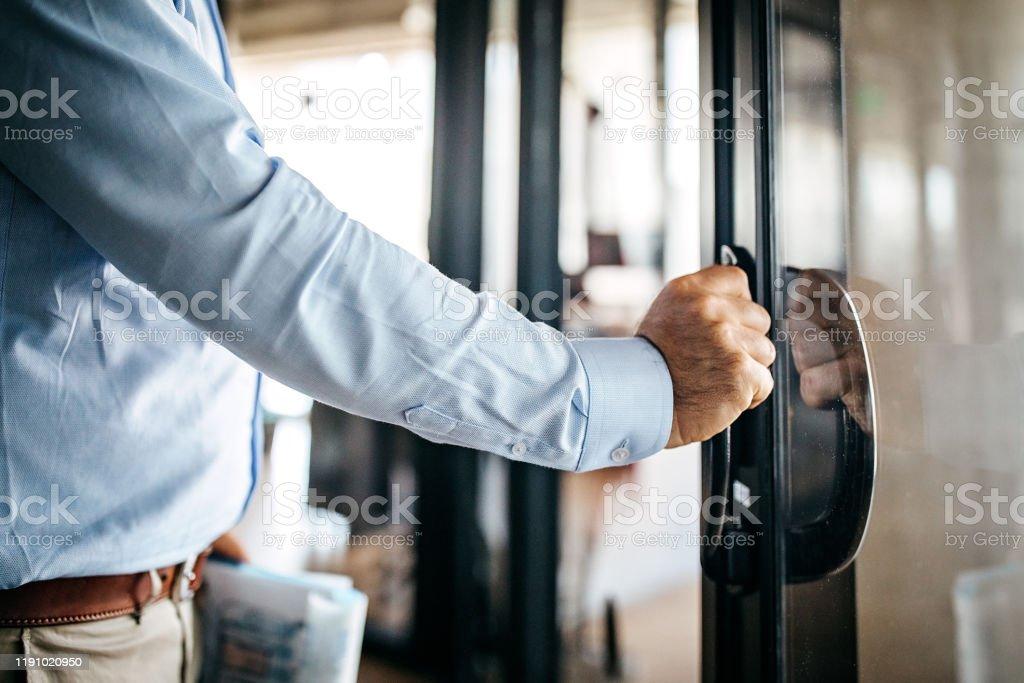 Homem de negócios que incorpora a cabine de escritório - Foto de stock de 45-49 anos royalty-free