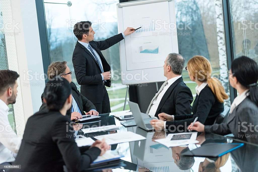 Executivo explicando gráfico gráfico - foto de acervo