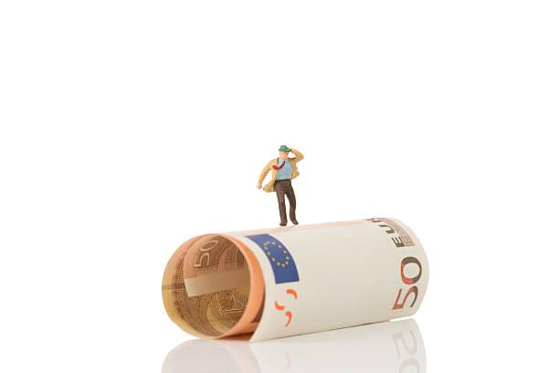 Homme d'affaires sur une figurine de running euros - Photo