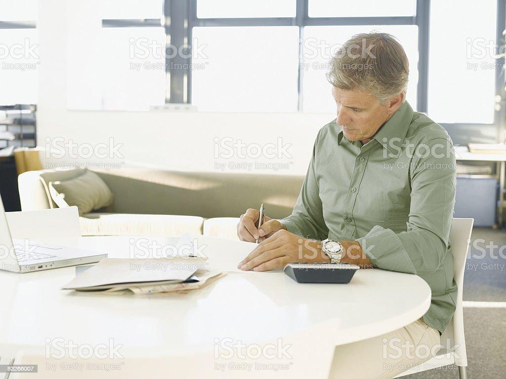 Biznesmen wypełniając dokumenty w biurze zbiór zdjęć royalty-free