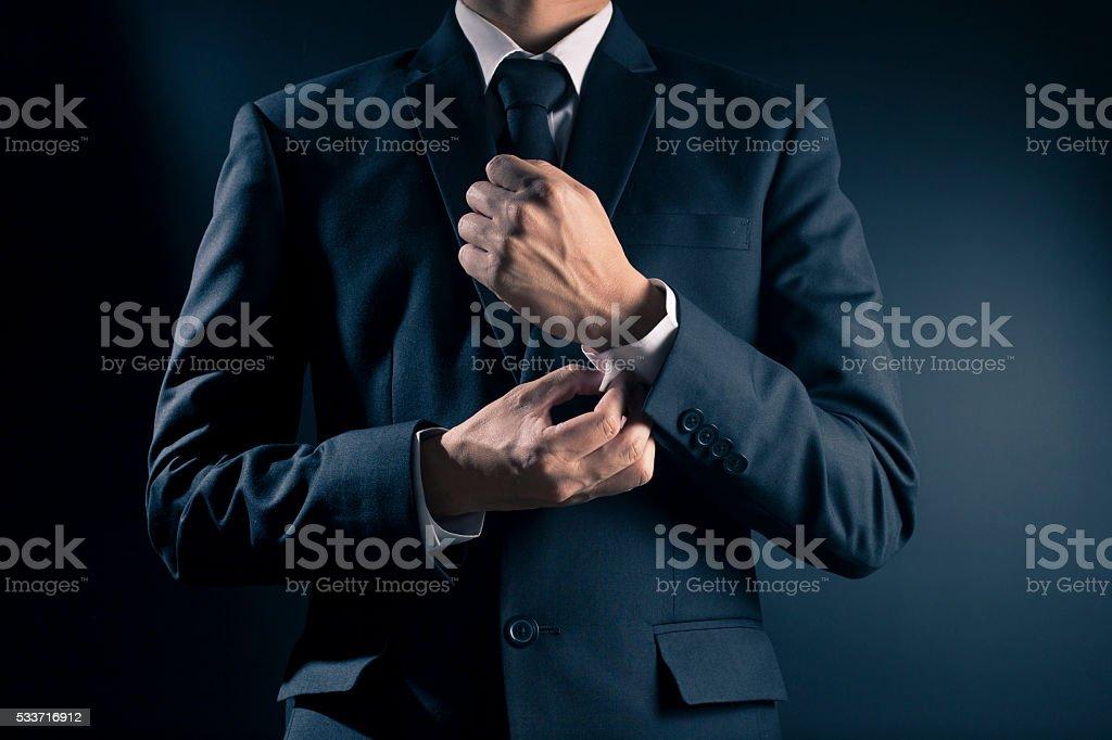 Seinen Anzug Geschäftsmann-Fixierung Manschettenknöpfe Lizenzfreies stock-foto