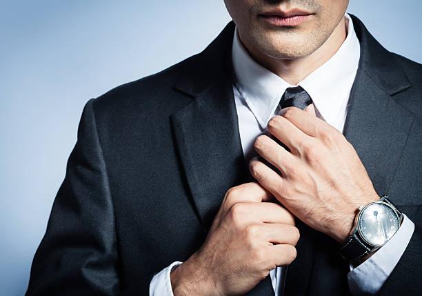 geschäftsmann, seine krawatte zu beheben - hochzeitsanzug herren stock-fotos und bilder