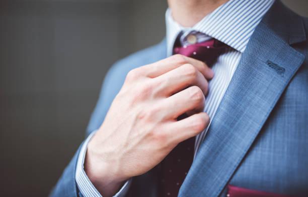 homme d'affaires fixation sa cravate - cravate photos et images de collection
