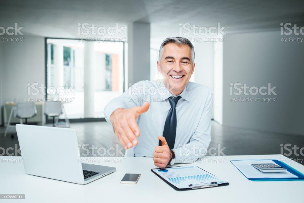 Empresário dando um aperto de mão - foto de acervo