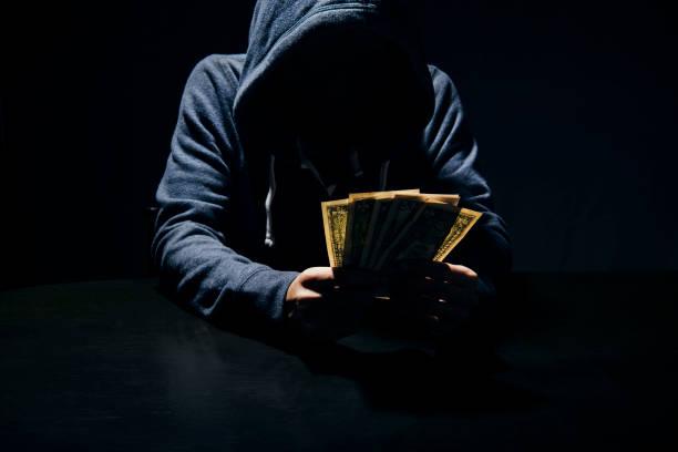 Geschäftsmann Bestechung Banknote Geldbetrug Korruption in Dunkelheit geben. Konzept-Bestechung für Unternehmen. – Foto