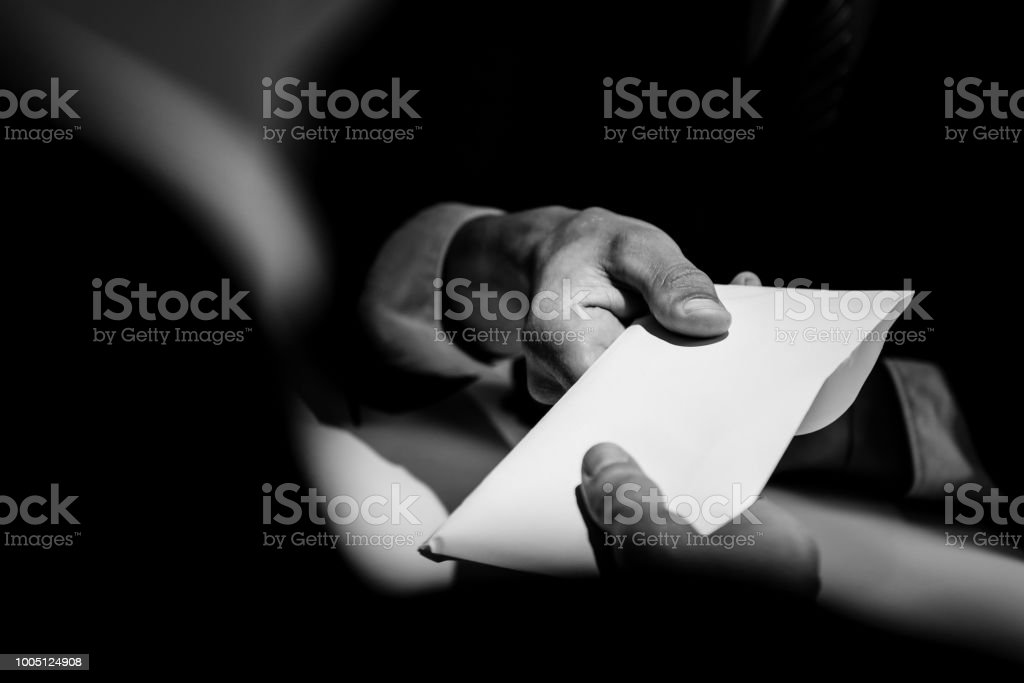 Geschäftsmann, Bestechung Geld in den Umschlag an partner – Foto