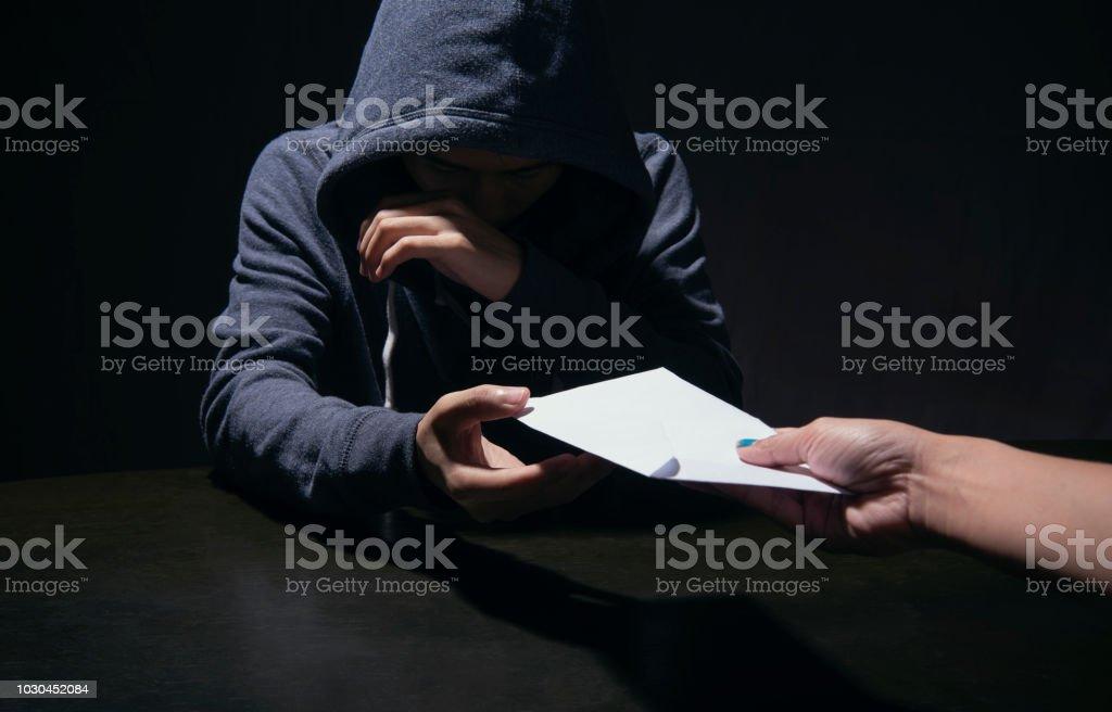 Geschäftsmann, Bestechungsgelder an Partner in einem Korruption betrug mit schwarzen und weißen Ton zu geben. Konzept-Bestechung für Unternehmen. – Foto