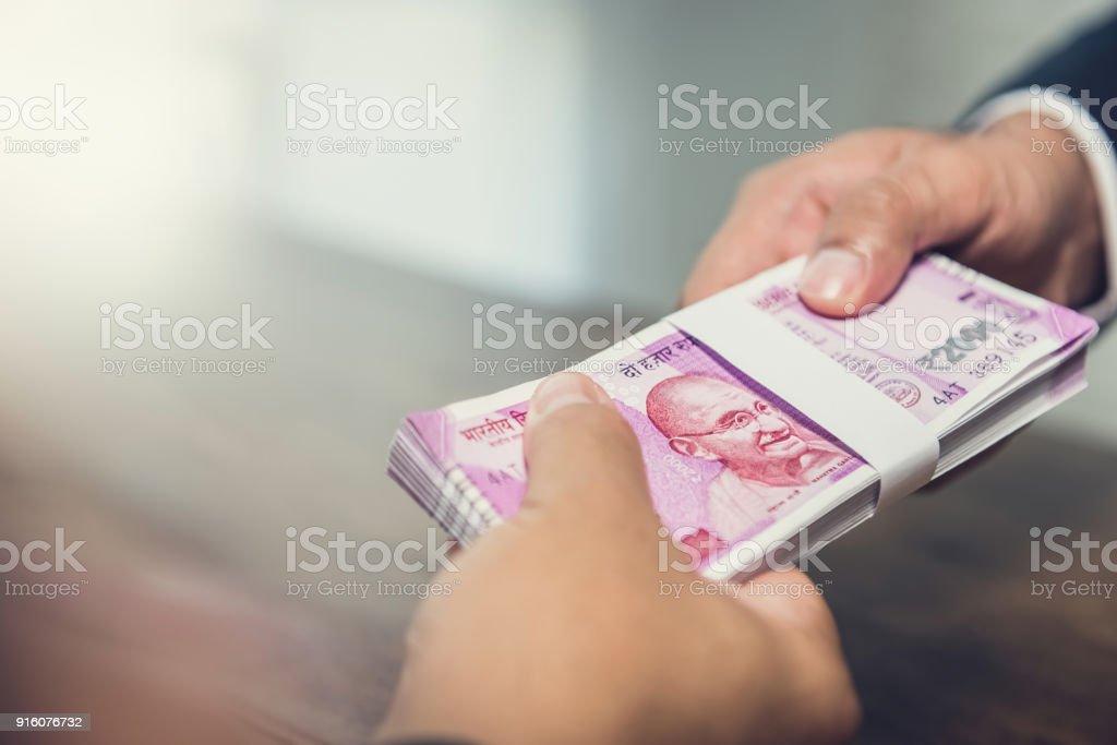 Geschäftsmann, Geld, Indischer Rupie Währung an seinem partner – Foto