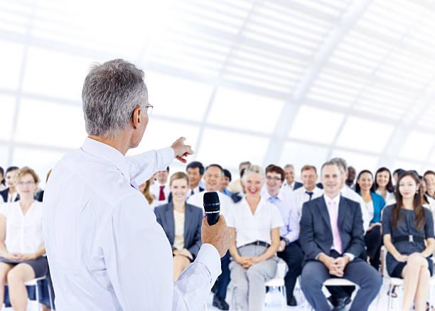 Empresário dando uma apresentação aos seus colegas - foto de acervo
