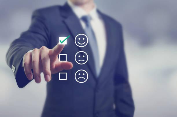 geschäftsmann bewertung mit glücklich symbol, kundenzufriedenheit befragung konzept geben - bewertungen von technologieprodukten stock-fotos und bilder