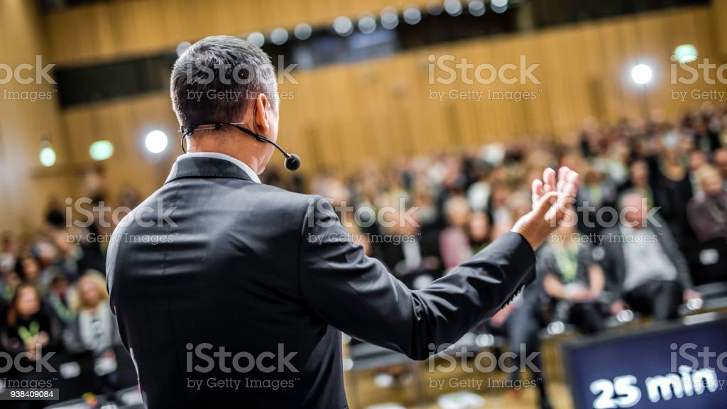 Geschäftsmann Givng Vortrag an einer vollen Saal – Foto