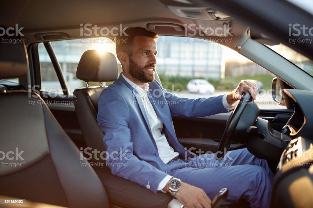 Unternehmer, die mit dem Auto auf Geschäftsreise gehen – Foto