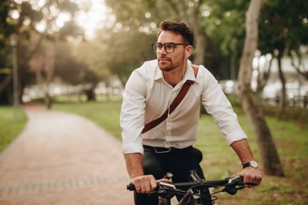 uomo d'affari che va in ufficio in bicicletta - ciclismo foto e immagini stock