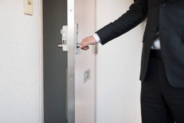ビジネスマンに作業 - 玄関 ストックフォトと画像