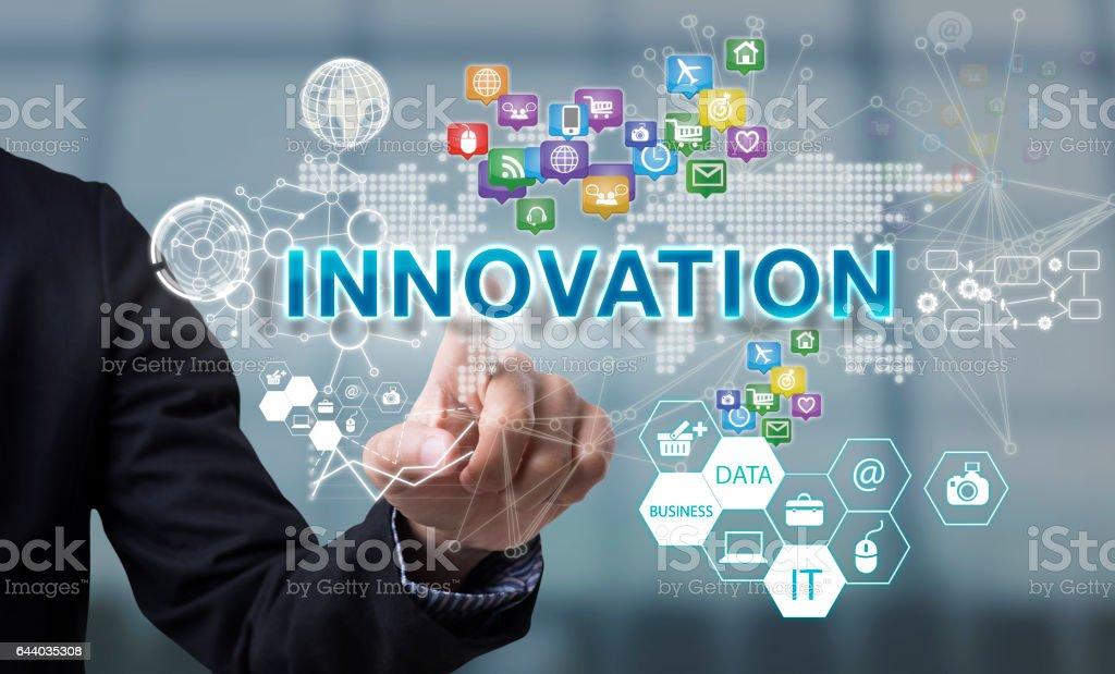 Geschäftsmann Hand wählt Innovation Wortlaut auf Schnittstelle Bildschirm. – Foto