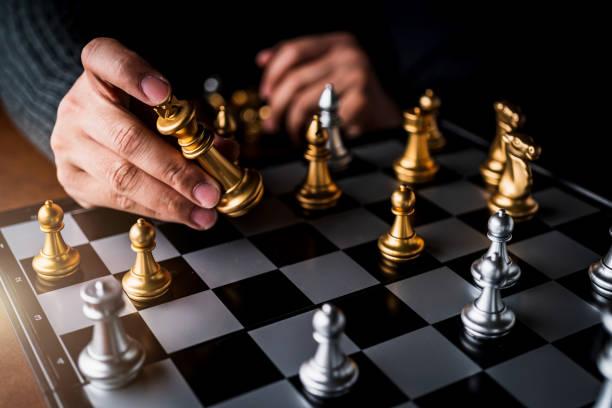Geschäftsmann Hand Kontrolle Schach Spiel Figur Geschäftsstrategie verwalten Ideen Konzept Retro-Bildton – Foto