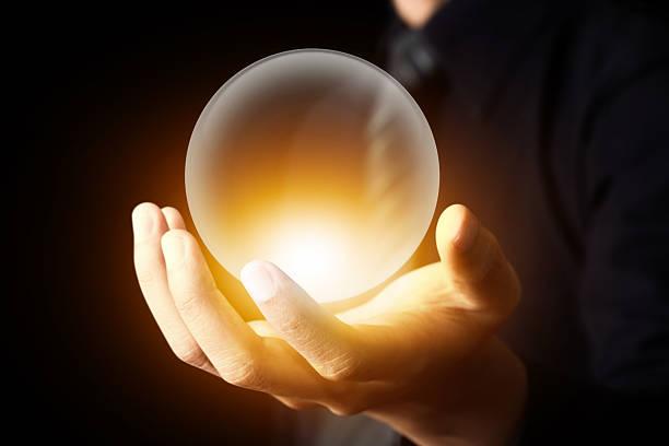 homme d'affaires main tenant la boule de cristal - boule de cristal photos et images de collection