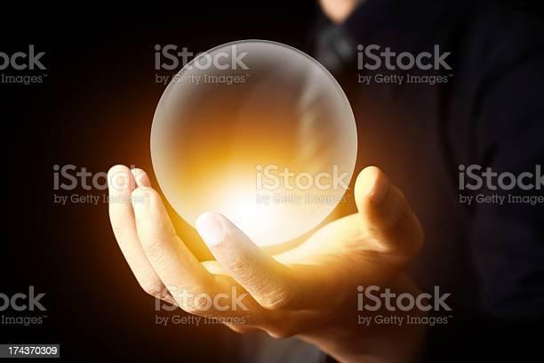 Geschäftsmann Hand Hält Eine Kristallkugel Stockfoto und mehr Bilder von Astronomie