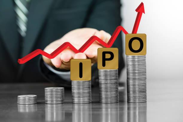Geschäftsmann Hand Holding roten Pfeil nach oben mit den Buchstaben angeordnet IPO auf Geld Münze Stapel als graph – Foto