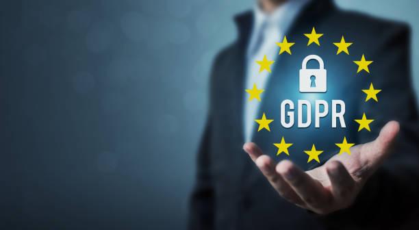Explotación de la mano de empresario firmar Reglamento de protección de datos generales (GDPR) y el icono de llave - foto de stock