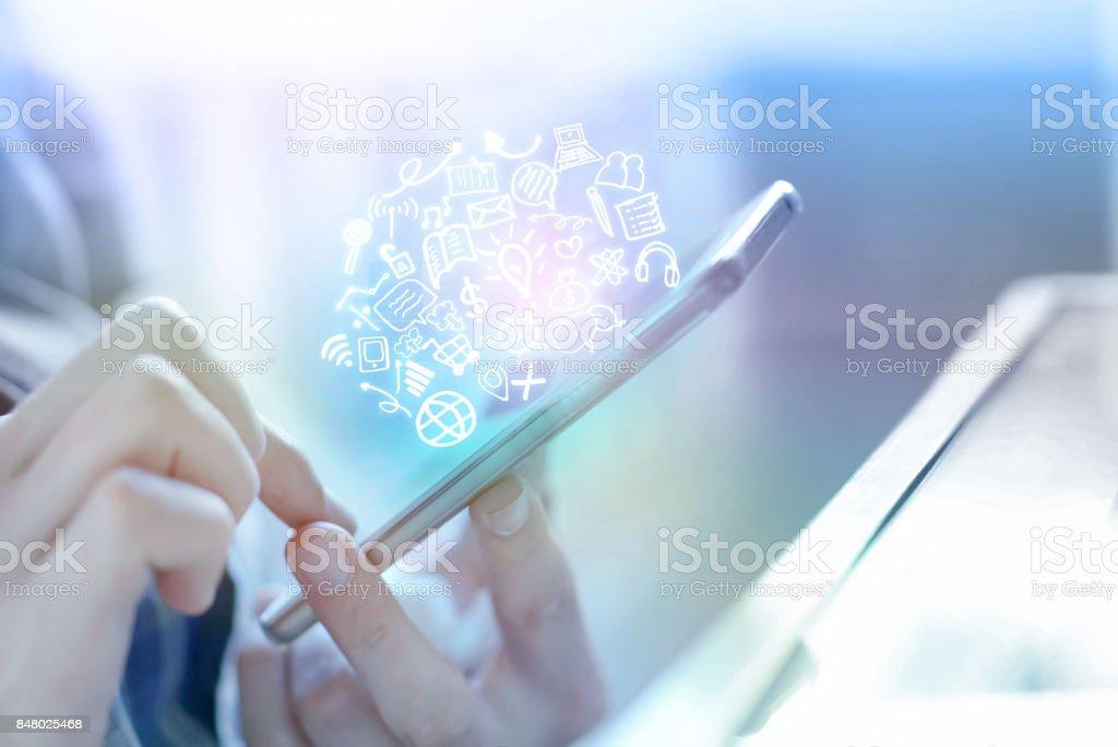 Geschäftsmann Hand mit smart-Phone Anschluss an Internet und social Media-Symbole – Foto