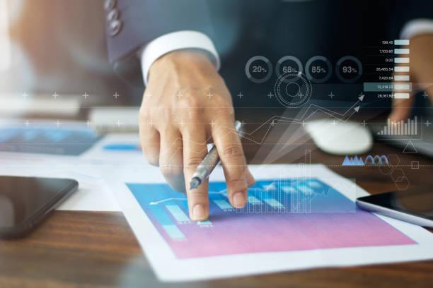 main d'homme d'affaires pointant au document d'affaires de croissance de graphique de graphique - graph photos et images de collection