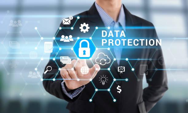 Main d'homme d'affaires en appuyant sur le bouton de Protection des données. - Photo