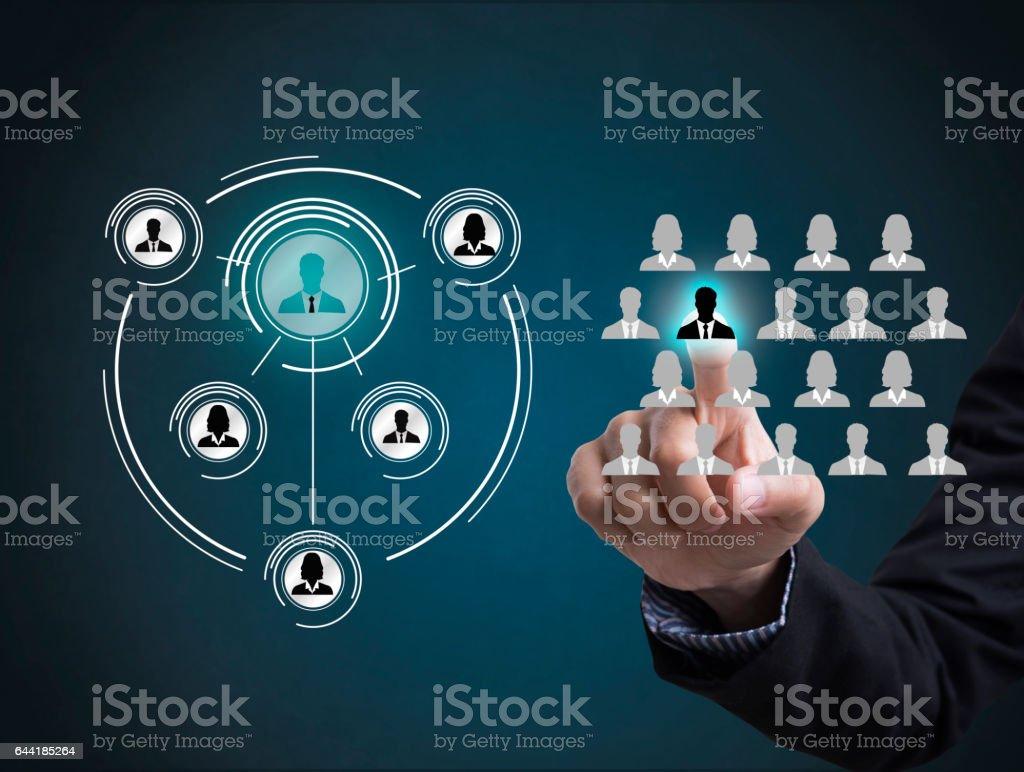 Geschäftsmann Hand drücken Symbol Menschen zur Vernetzung von System-Konzept – Foto