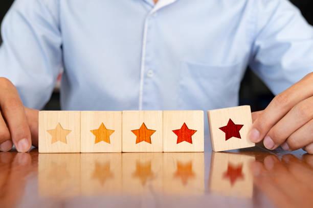 Geschäftsmann Hand aus Holz fünf sternförmig auf Tisch zu legen. – Foto