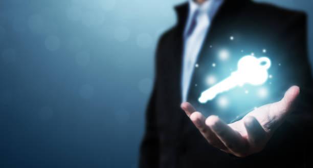 mão do homem de negócios que mostra a chave ao sucesso. resolução de problemas para superar obstáculos ao trabalho - chave - fotografias e filmes do acervo