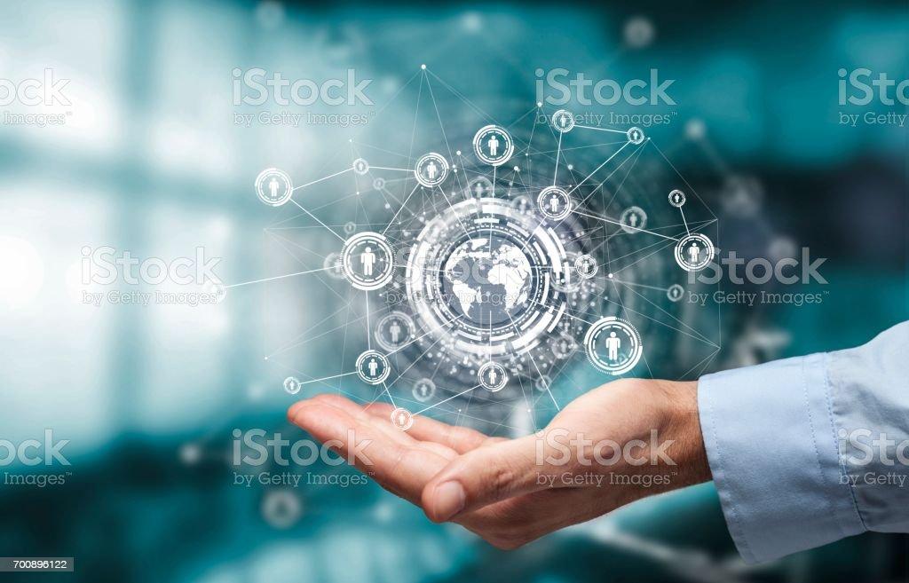 Geschäftsmann Hand zeigt Welt mit digitalen social-Media-Netzwerk-Diagramm-Konzept – Foto
