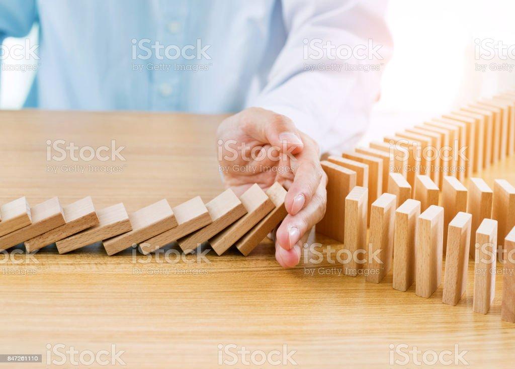 Geschäftsmann Hand anhalten fallenden Blöcke auf Tisch – Foto